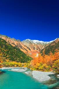 快晴の上高地 梓川の清流と冠雪の穂高連峰に紅葉の写真素材 [FYI03442972]