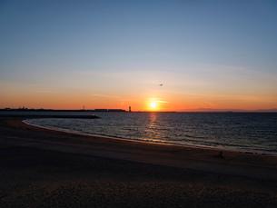 夕焼け 日没 Sunset ビーチ 海 風景の写真素材 [FYI03443091]