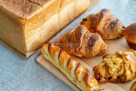 パン クロワッサン 食パンの写真素材 [FYI03443092]