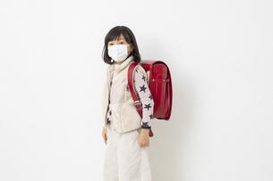 ランドセルを背負ってマスクをしている女の子の写真素材 [FYI03443154]