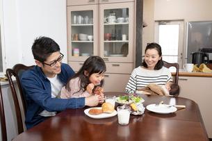 ダイニングテーブルでくつろぐ家族の写真素材 [FYI03443163]