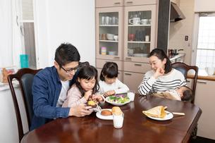 ダイニングテーブルでくつろぐ家族の写真素材 [FYI03443164]