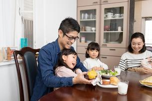 ダイニングテーブルでくつろぐ家族の写真素材 [FYI03443166]