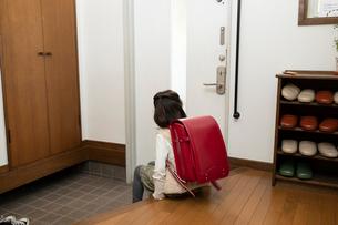 玄関にいる小学生の女の子の後ろ姿の写真素材 [FYI03443167]