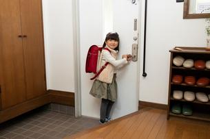 玄関にいる小学生の女の子の写真素材 [FYI03443168]