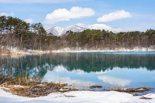裏磐梯 福島県 五色沼に雪が積もっている自然風景の写真素材 [FYI03443354]