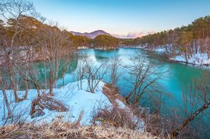 裏磐梯 福島県 五色沼に雪が積もっている自然風景の写真素材 [FYI03443355]