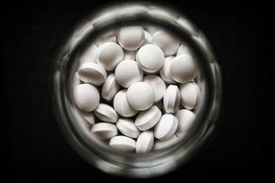 白い錠剤の写真素材 [FYI03443387]