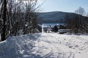 冬の田舎の道路の写真素材 [FYI03443427]