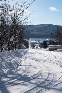 田舎の冬の坂道の写真素材 [FYI03443428]