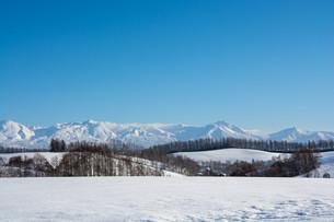 冬の青空と山並み 十勝岳連峰の写真素材 [FYI03443434]