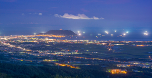 北海道 自然 風景 パノラマ 城岱高原より函館市街遠望 (夜景)の写真素材 [FYI03443604]