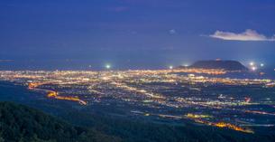 l北海道 自然 風景パノラマ 城岱高原より函館市街遠望 (夜景)の写真素材 [FYI03443606]
