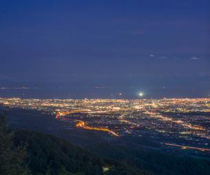 北海道 自然 風景 城岱高原より函館市街遠望 (夜景)の写真素材 [FYI03443608]