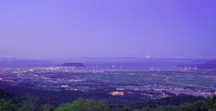 北海道 自然 風景 パノラマ 城岱高原より函館市街遠望 (早朝)の写真素材 [FYI03443612]
