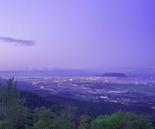 北海道 自然 風景 城岱高原より函館市街遠望 (早朝)の写真素材 [FYI03443613]