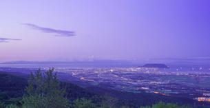 北海道 自然 風景 パノラマ 城岱高原より函館市街遠望 (早朝)の写真素材 [FYI03443614]