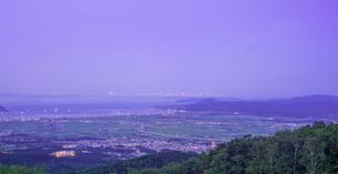 北海道 自然 風景 パノラマ 城岱高原より函館市街遠望 (早朝)の写真素材 [FYI03443617]