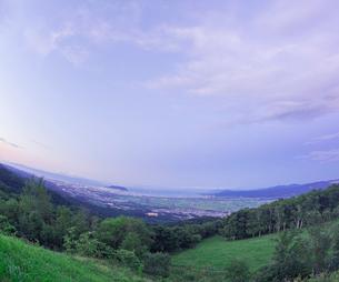 北海道 自然 風景 城岱高原より函館市街遠望 (早朝)の写真素材 [FYI03443620]