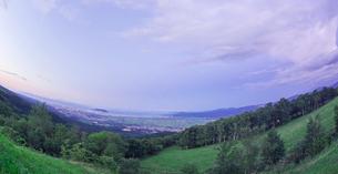 北海道 自然 風景 パノラマ 城岱高原より函館市街遠望 (早朝)の写真素材 [FYI03443621]
