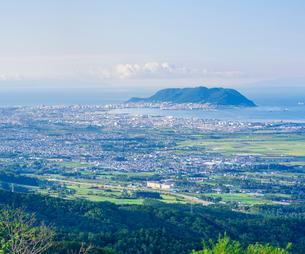 北海道 自然 風景 城岱高原より朝日を浴びる函館市街遠望の写真素材 [FYI03443622]