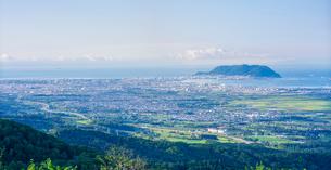 北海道 自然 風景 パノラマ 城岱高原より朝日を浴びる函館市街遠望の写真素材 [FYI03443623]