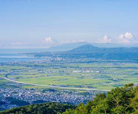 北海道 自然 風景 城岱高原より朝日を浴びる函館市街遠望の写真素材 [FYI03443624]
