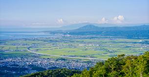 北海道 自然 風景 パノラマ 城岱高原より朝日を浴びる函館市街遠望 の写真素材 [FYI03443625]