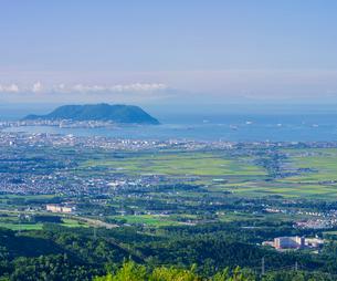 北海道 自然 風景 城岱高原より朝日を浴びる函館市街遠望 の写真素材 [FYI03443626]