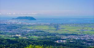 北海道 自然 風景 バノラマ 城岱高原より朝日を浴びる函館市街遠望 の写真素材 [FYI03443627]