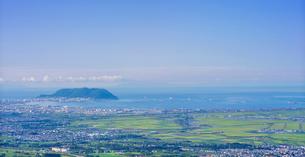 北海道 自然 風景 パノラマ 城岱高原より朝日を浴びる函館市街遠望 の写真素材 [FYI03443628]