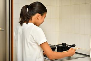 料理をする女の子の写真素材 [FYI03444034]