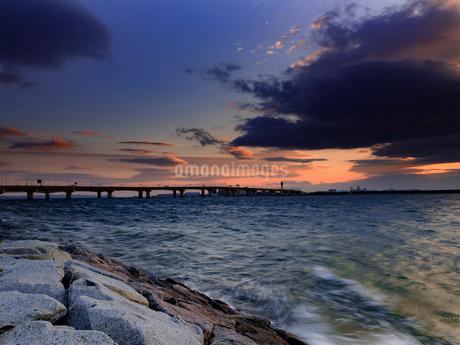 風景 夕景 夕陽 橋 空 海の写真素材 [FYI03444335]
