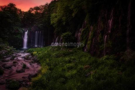 夕暮れ 白糸の滝の写真素材 [FYI03444418]