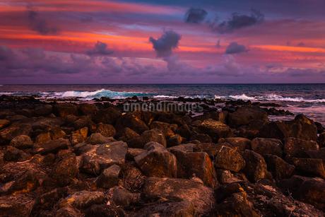 ハワイ カウアイ島 夕暮れの美しいビーチの写真素材 [FYI03444422]
