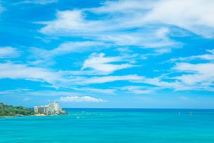 ハワイ オアフ島のワイキキビーチから見る海の風景の写真素材 [FYI03444425]