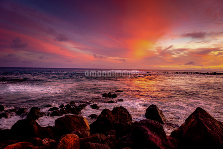 ハワイ カウアイ島 夕暮れの美しいビーチの写真素材 [FYI03444427]