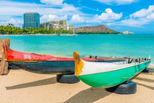 ハワイ オアフ島 ワイキキビーチから見るダイヤモンドヘッドの写真素材 [FYI03444429]