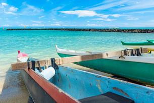 ハワイ オアフ島 ワイキキビーチとボートの写真素材 [FYI03444430]