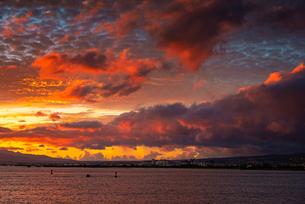 ハワイ オアフ島のワイキキビーチから見る夕方の風景の写真素材 [FYI03444431]