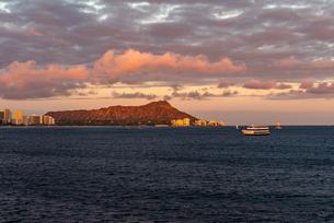 ハワイ オアフ島のワイキキビーチから見る夕方の風景の写真素材 [FYI03444432]