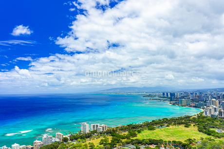 ハワイ ダイヤモンドヘッドの上から見るワイキキビーチ2の写真素材 [FYI03444433]