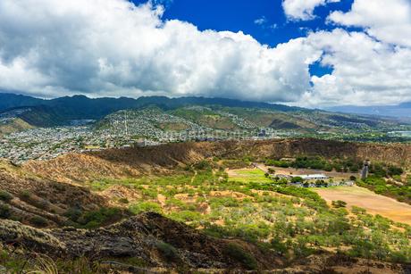 ハワイ ダイヤモンドヘッドの上から見るオアフ島の全景の写真素材 [FYI03444434]