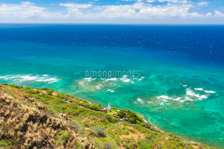ハワイ ダイヤモンドヘッドの上から見るワイキキビーチの写真素材 [FYI03444435]
