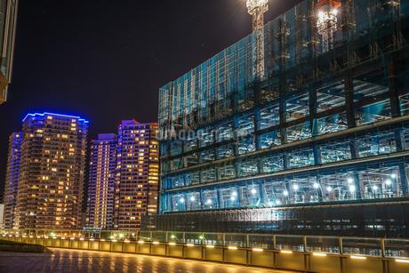 オフィスビルの建築現場(横浜みなとみらい)の写真素材 [FYI03444737]