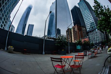 ニューヨーク・ロウアーマンハッタンの街並みとベンチの写真素材 [FYI03444740]