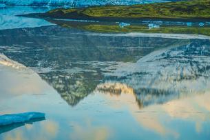 アイスランド・フィヤトルスアゥルロゥン氷河湖の写真素材 [FYI03444754]
