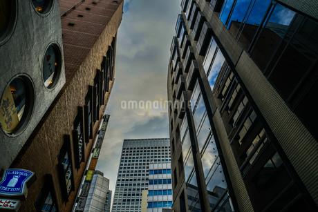 新宿の街並みと秋晴れの空の写真素材 [FYI03444825]