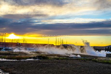 アイスランド・ゲイシールの風景と朝焼けの写真素材 [FYI03444871]