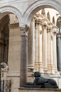 聖ドムニウス大聖堂 ペリスティル広場の写真素材 [FYI03445193]